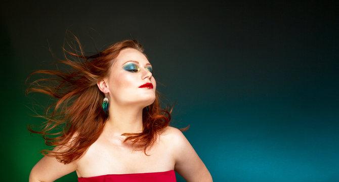 Рыжеволосая женщина с вечерним макияжем.