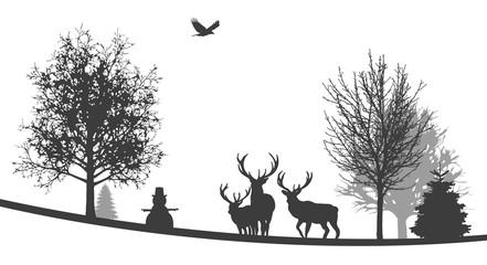 Winterliche Landschaft   Hirsche stehen neben Schneemann im Wald