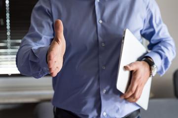 Biznesmen wyciąga dłoń do przywitania