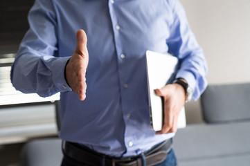 Fototapeta Biznesmen wyciąga dłoń do pożegnania obraz