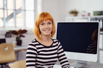 lächelnde mitarbeiterin in einem design-büro