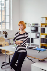 junge unternehmerin in ihrem büro