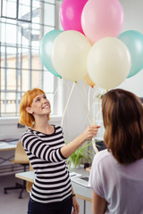 luftballons zum geburtstag im büro