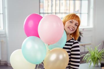frau freut sich über luftballons