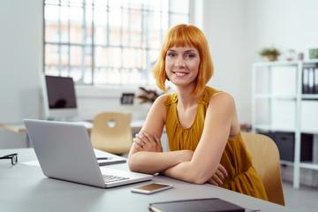 kreative junge frau arbeitet im büro