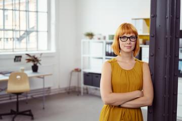 junge designerin in ihrem büro