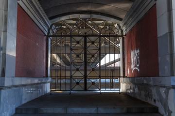 Железные ворота под мостом ведут к воде