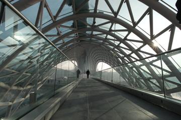 Most Pokoju w Tbilisi - postać na moście