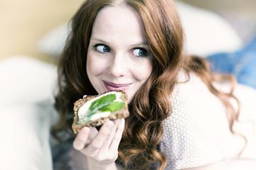 Frau isst vegan und gesund