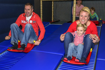 Familienspass auf Rollschlitten-Fahren im Indoor-Spielpark