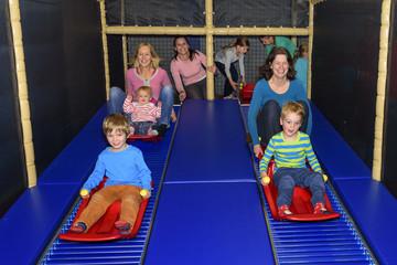 viel Spass und Gaudi auf der Rollschlittenbahn im Indoor-Freizeitpark