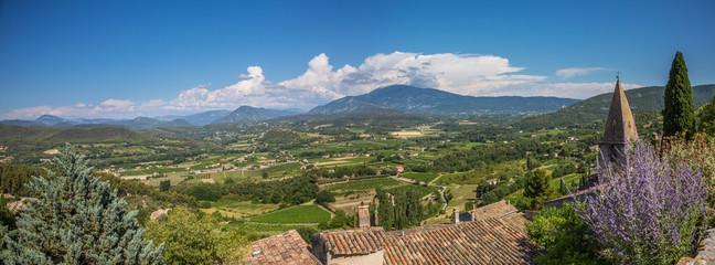 Vue panoramique sur le Mont Ventoux et la plaine depuis le village du Crestet