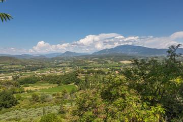 Vue sur le Mont Ventoux et la plaine depuis le village du Crestet