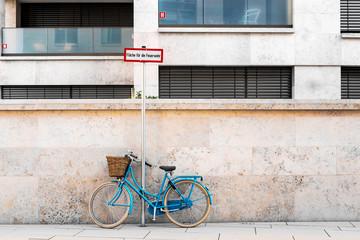 blaues Fahrrad in der Stadt abgeschlossen