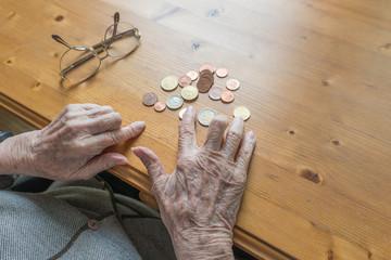 Altersarmut - jeden Cent zweimal umdrehen