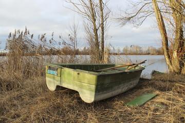 Verlassenes Boot am See