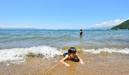 青空と波と湖の二人