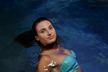 Attraktive junge Frau in einem Bikini in einem Pool