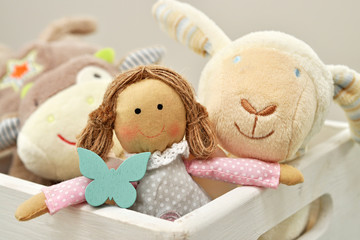 Kinderspielzeug in Holzkiste