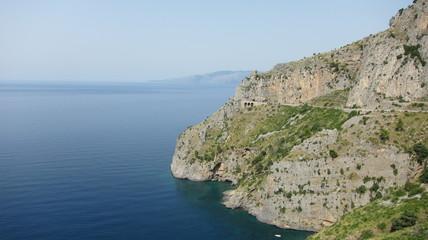 Vista dalla costa di Maratea con strada a strapiombo sul mar tirreno del sud italia