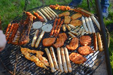 Grillfest, Fleisch und Wurst auf Grill, Grillfeuer