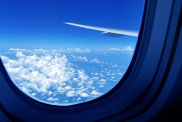 飛行機の窓から見た空