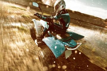 Quadfahrer fährt im Gelände