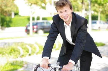 junger Mann im Business-Outfit