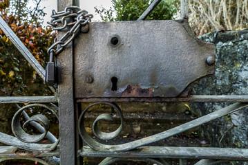 Eisentür mit Schloss zu einer Gartenanlage