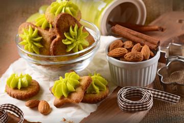 biscotti alla mandorla con crema di pistacchio