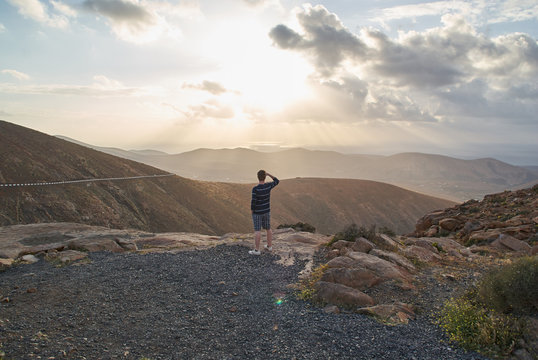 Mann blick über Berge