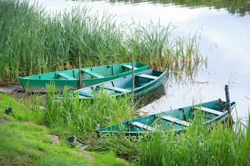 Fond de hotte en verre imprimé Papillons Three green chained rowing boats