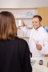 apotheker verkauft einer kundin ein medikament