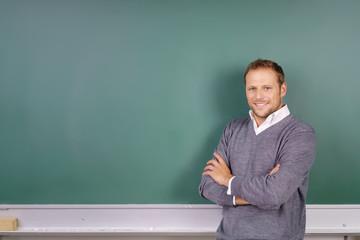 lehrer steht vor der tafel in der schule