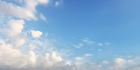 White clouds om the blue sky
