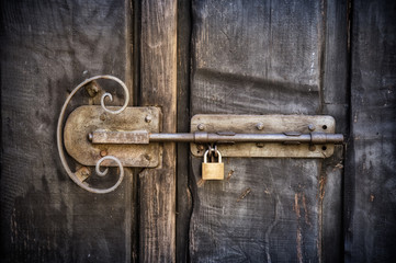 Cierre viejo de puerta con candado
