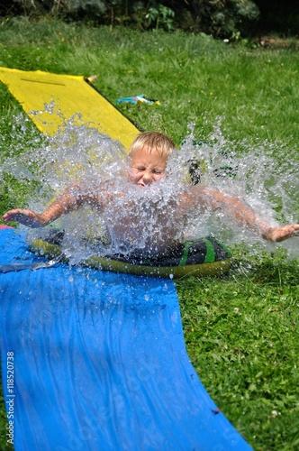 Bub auf wasserrutsche im garten stockfotos und lizenzfreie bilder auf bild 118520738 - Wasserrutsche garten ...
