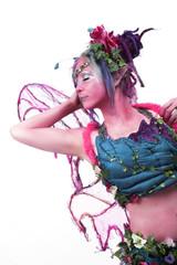 Junge Frau als schrille, farbenfrohe Elfe , Pixie verkleidet