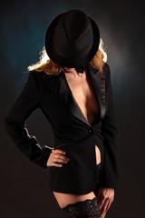 Frau mit Hut im modischen Jacket