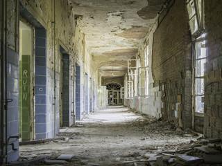 Papiers peints Ancien hôpital Beelitz Verfallener, baufälliger Flur in einem leerstehenden Krankenhau