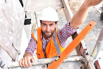 Architekt/ Bauleiter auf dem Baugerüst einer Baustelle /////// Architect / construction manager on the scaffolding of a building site