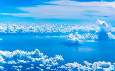 Kusbakisi bulutlar ve deniz