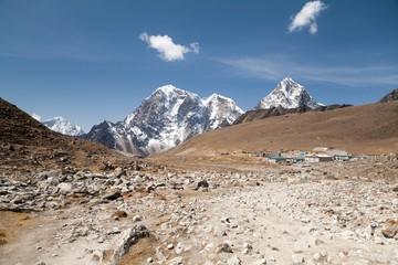 Fototapete - Lobuche village and mt. Lobuche, Sagarmatha National Park, Solu Khumbu, Nepal