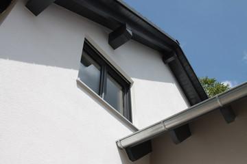 Neubau mit Dachrinne und Fenster