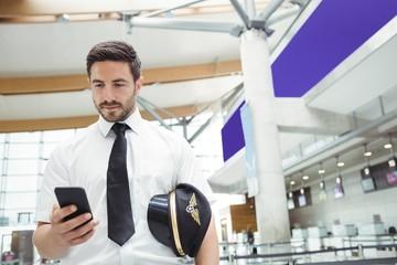 Pilot using mobile phone Fototapete