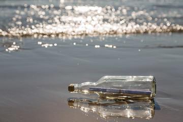 Flaschenpost im Gegenlicht