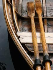 Ruderpaar aus schönem Holz eines alten Ruderboots am Kurparksee im Staatsbad Bad Salzuflen bei Herford in Ostwestfalen-Lippe