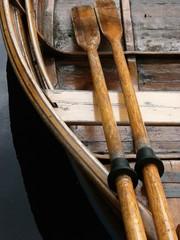 Altes Ruderboot aus Holz an einem Bootssteg am Salzekanal im Kurpark von Bad Salzuflen bei Herford in Ostwestfalen