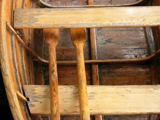 Holzbank und Ruder eines alten Ruderbootes eines Bootsverleih im Kurpark von Bad Salzuflen bei Herford in Ostwestfalen