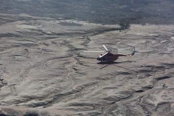 Helikopter über der Vulkanlandschaft Kamtschatkas - Sibirien - Russland